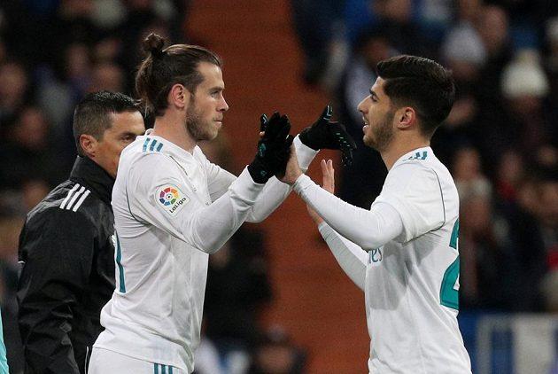Hvězdy Realu Madrid. Gareth Bale nastupuje, z trávníku jde Marco Asensio. Real Madrid si v ligovém utkání poradil se San Sebastianem 5:2.