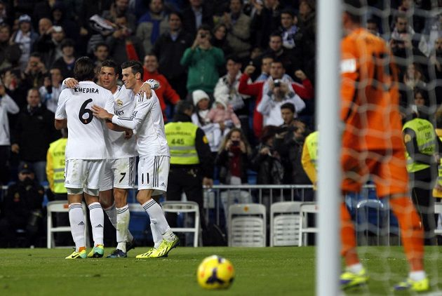 Celkem semkrát se hráči Realu Madrid radovali z gólu v utkání proti Seville, jako v tomto případě (zleva) Sami Khedira, Cristiano Ronaldo a Gareth Bale.