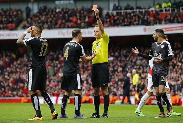 Krajní obránce Leicesteru Danny Simpson (17) dostává červenou kartu od hlavního rozhodčího Martina Atkinsona v zápase 26. kola anglické Premier League proti Arsenalu.