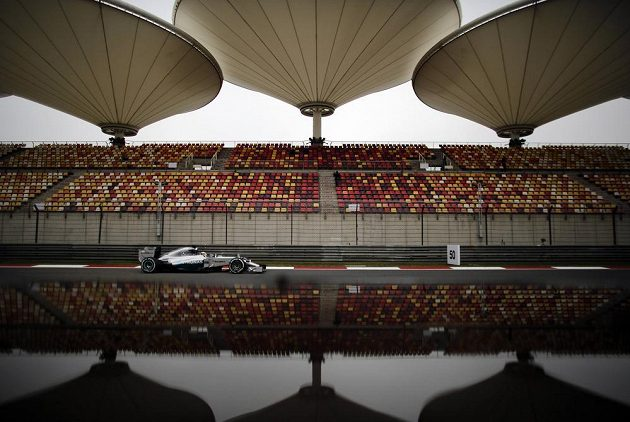 Lewis Hamilton s vozem Mercedes při měřeném tréninku na Velkou cenu Číny.