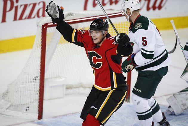 Alex Chiasson (39) z Calgary slaví gól do sítě Minnesoty.