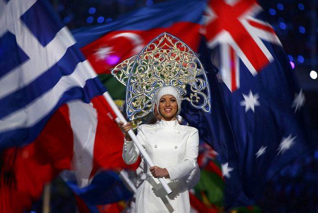 Vybraní sportovci z účastníků olympijských her nesli při slavnostním zakončení her vlajky svých zemí.