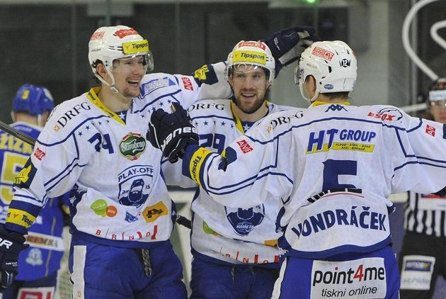 Útočníci Komety (zleva) Vilém Burian, Jakub Koreis a Tomáš Vondráček se radují z gólu.