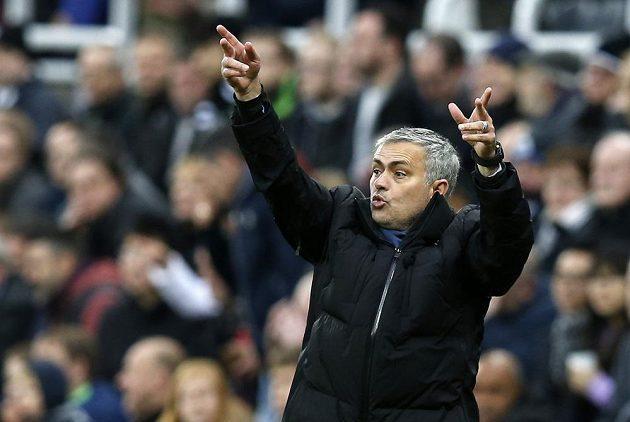 Manažer Chelsea José Mourinho gestikuluje během utkání v Newcastlu.
