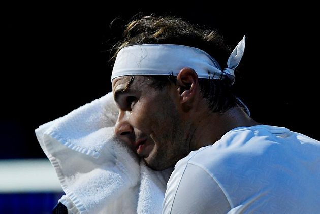 Španěl Rafael Nadal při utkání s Alexanderem Zverevem z Německa.