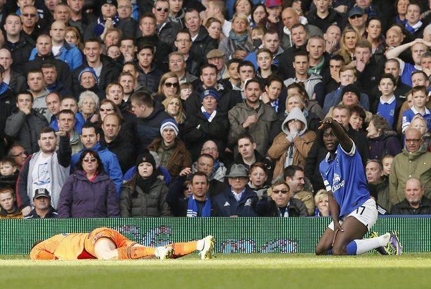 Hugo Lloris z Tottenhamu leží na trávníku po střetu s útočníkem Evertonu Lukakem v Goodison Parku.