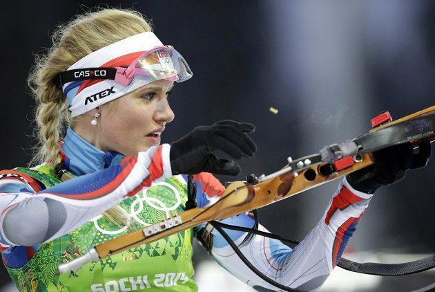 Gabriela Soukalová na střelnici během závodu smíšených štafet.