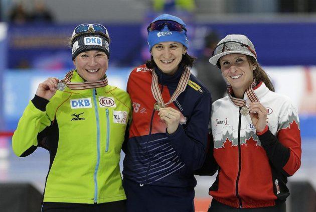 Česká rychlobruslařka Martina Sáblíková po triumfu na MS v závodě na 5000 metrů. Druhé místo brala Claudia Pechsteinová z Německa a bronz patří Kanaďance Ivanie Blondinové.Photo/Ahn Young-joon)