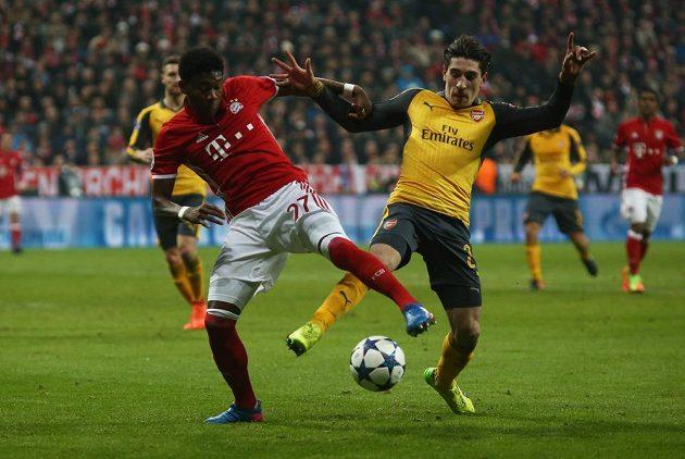 David Alaba z Bayernu bojuje o míč s Hectorem Bellerínem z Arsenalu.