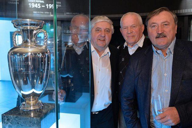 Zleva bývalí fotbalisté Karol Dobiaš, Ivo Viktor a Antonín Panenka v Síni slávy FAČR v Praze pózují u trofeje pro vítěze ME v Bělehradu v roce 1976.