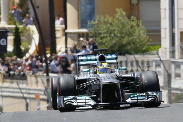 Němec Nico Rosberg v čele Velké ceny Monaka.