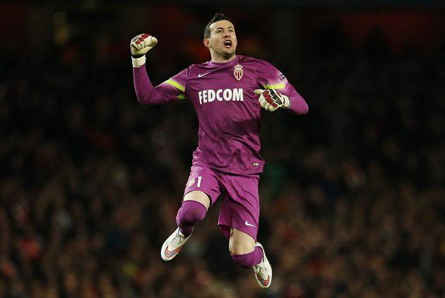 Monacký gólman Danijel Subašič se raduje z vedení proti Arsenalu v úvodním osmifinále Ligy mistrů.