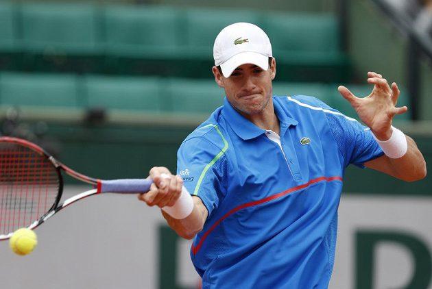 Američan Isner odvrací míček v zápase se šestým nasazeným French Open Tomášem Berdychem.