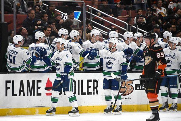 Hokejisté Vancouveru Canucks sice v tuhle chvíli slaví a český útočník Anaheimu Ondřej Kaše tomu musel přihlížet, nakonec ale zápas NHL vyhrál tým Ducks.
