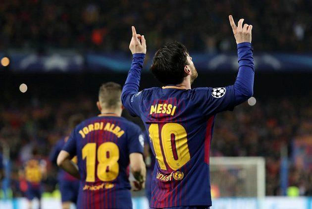 Lionel Messi oslavuje svůj gól v dresu Barcelony proti Chelsea.