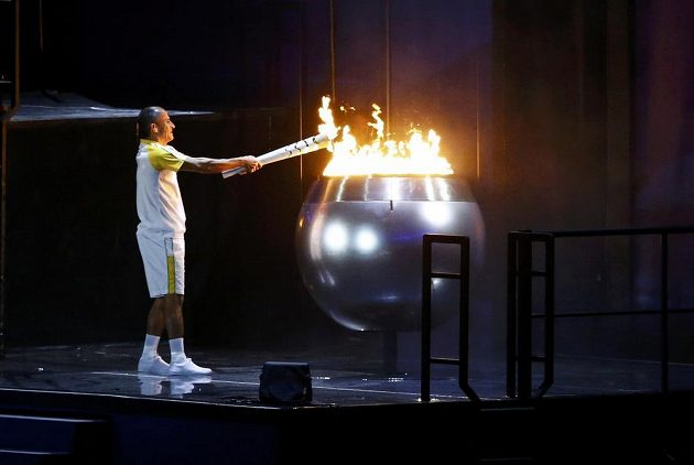 Bývalý brazilský maratónec Vanderlei Cordeiro de Lima zapálil na stadiónu Maracaná olympijský oheň. Hry v Riu mohou začít!