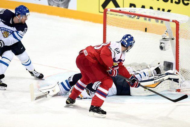 Jaromír Jágr střílí gól Finsku ve čtvrtfinále MS v Praze.