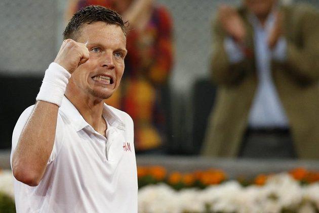 Tenista Tomáš Berdych a jeho vítězné gesto po souboji s Andym Murraym.