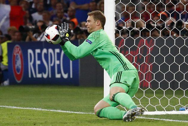 Německý brankář Manuel Neuer zasahuje v zápase s Francií.