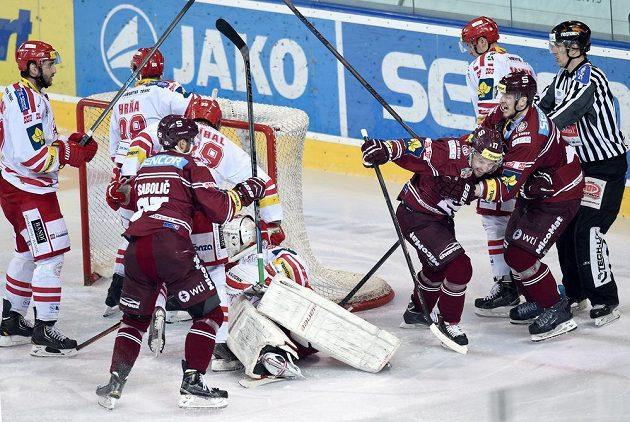 Jaroslav Hlinka (17) ze Sparty oslavuje vítězný gól ve čtvrtém semifinále s Třincem.