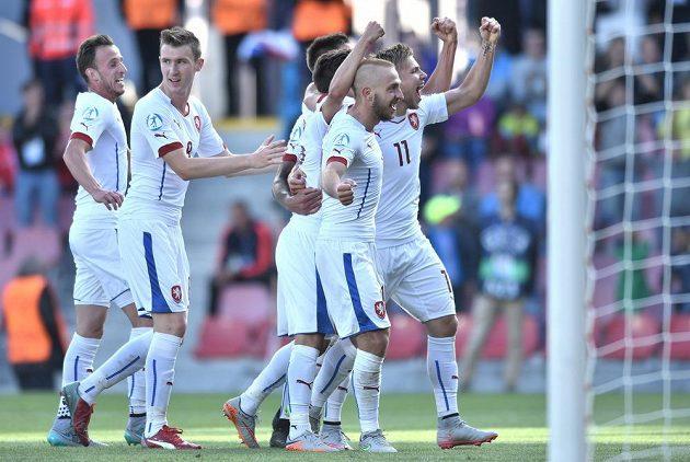 Matěj Hybš, Jaromír Zmrhal, Jiří Skalák a Martin Frýdek oslavují čtvrtý gól proti Srbům.