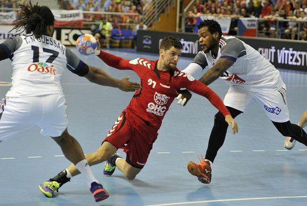 Český házenkář Ondřej Zdráhala (uprostřed) se snaží prosadit přes dvojici francouzských hráčů. Vlevo je Timothey N'Guessan, vpravo Cedric Sorhaindo.