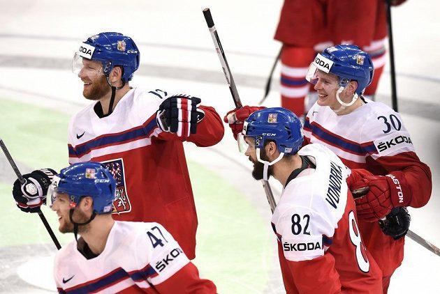 Jiří Novotný (12), Michal Vondrka (82), Jakub Krejčík (30) a Michal Jordán (47) oslavují vítězství nad Švýcarskem.