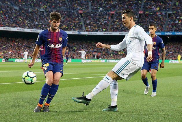 Madridský Cristiano Ronaldo a Sergi Roberto z Barcelony.