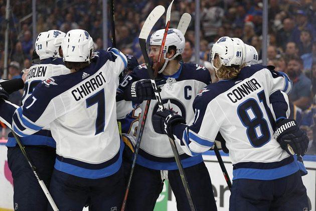 Hokejisté Winnipegu se radují z vyrovnávací trefy