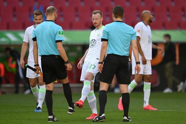Úvodní pozdrav s rozhodčími. Maximilian Arnold z Wolfsburgu si ťuknul špičkou nohy s aistentem rozhodčího Dominikem Schaalem.