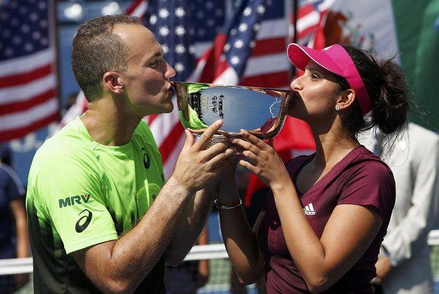 Brazilec Bruno Soares a Indka Sania Mirzaová se radují ze zisku na grandslamovém US Open v mixu.