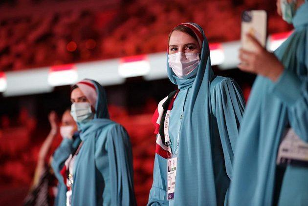 Reprezentantky Íránu nastupují na Olympijský stadion během zahajovacího ceremoniálu LOH 2021 v Tokiu.