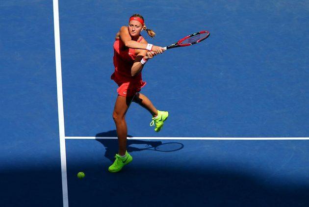 Bekhend Petry Kvitové během zápasu s Italkou Flavií Pennettaovou.