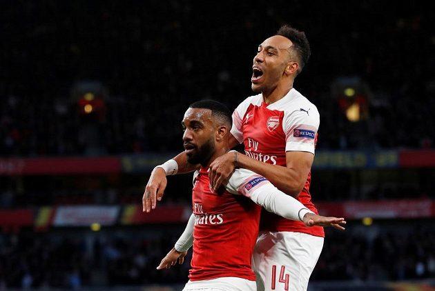 Fotbalisté Arsenalu se radují z branky