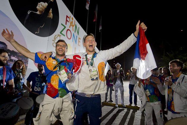 Vítěz zlaté olympijské medaile judista Lukáš Krpálek přichází spolu se svým trenérem Petrem Lacinou do Českého domu.