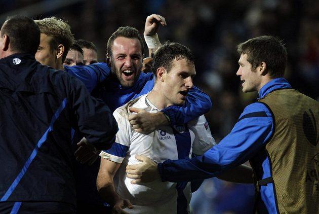 Fotbalisté Liberce se radují z branky Michaela Rabušice (druhý zprava) v Estorilu.