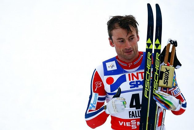 Petter Northug v cíli. Nor ve finiši závodu na 50 km při MS ve Falunu udolal Lukáše Bauera a získal zlato.