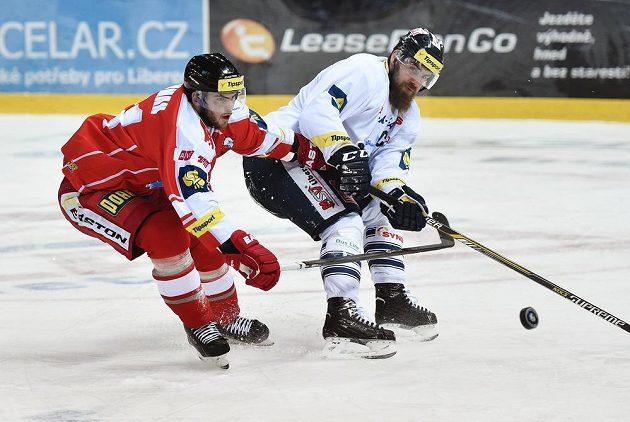 Liberecký obránce Jan Výtisk (vpravo) a olomoucký útočník Jakub Herman v utkání 45. kola hokejové Tipsport extraligy.
