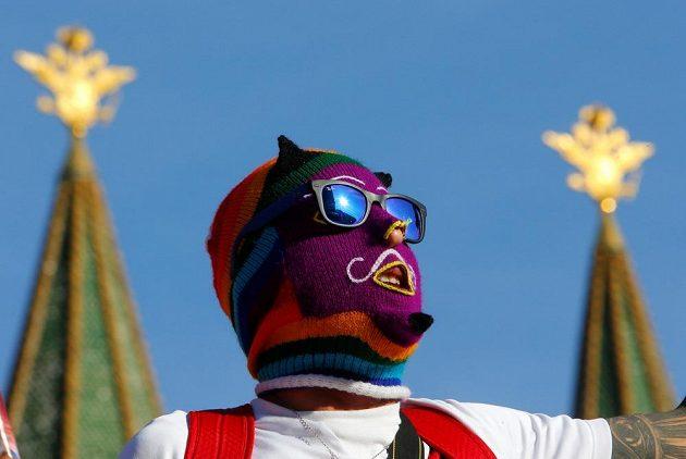 Možná jste si při zápase Peru všimli těchto kukel, které při letmém pohledu z dálky mohou připomínat vybavení feministické punk-rockové skupiny Pussy Riot. Vězte, že se jedná o speciální peruánské masky z alpakové vlny.