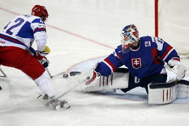 Ruský hokejista Anisimov (vlevo) při tomto nájezdu brankáře Slovenska Jaroslava Januse nepřekonal.