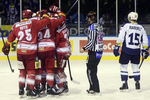 Hokejisté Třince se radují z vyrovnávací branky na ledě Kladna. Vpravo smutný obránce Rytířů Tomáš Kaberle.