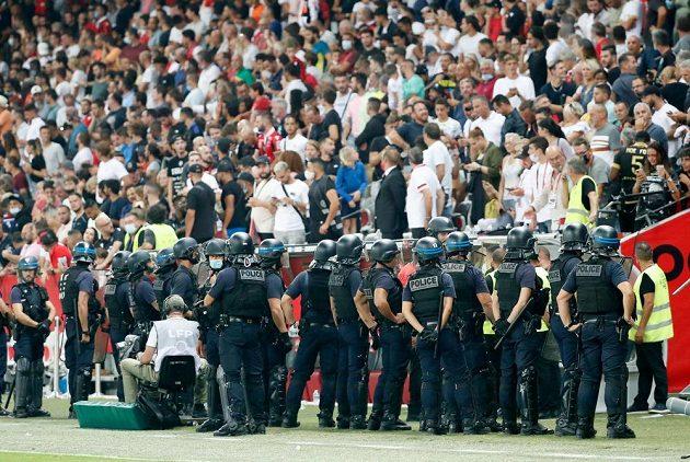 Utkání francouzské fotbalové ligy Nice - Marseille se kvůli diváckým nepokojům nedohrálo- Do akce musela policie.