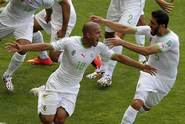 Záložník Alžírska Sufján Fighúlí oslavuje svou trefu z pokutového kopu v zápase proti Belgii.
