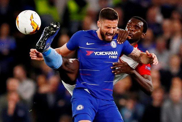 Fotbalista Chelsea Olivier Giroud v tvrdém souboji během utkání Evropské ligy se Slavií. Soupeře atakuje Michael Ngadeu.