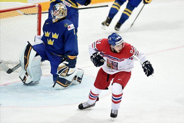Český útočník Dominik Simon oslavuje svůj gól během utkání se Švédy.