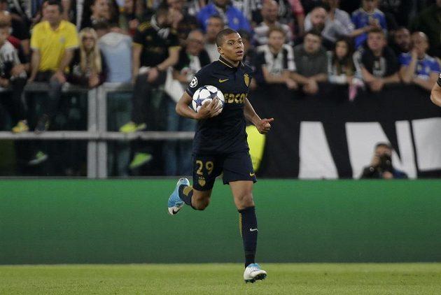 Kylian Mbappé z Monaka poté, co skóroval, vzal míč a utíkal s ním k půlící čáře, aby nezdržoval.