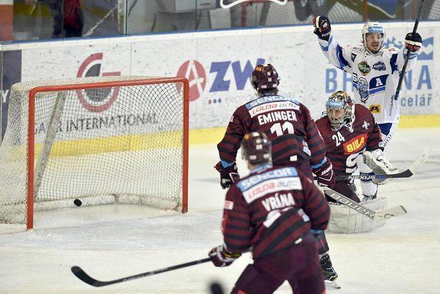 Martin Zaťovič z Brna se raduje z gólu. Zleva Petr Vrána, Vladimír Eminger a brankář Tomáš Pöpperle ze Sparty.