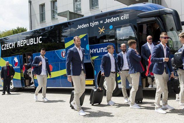 Čeští fotbalisté po příjezdu k hotelu ve francouzském Tours.