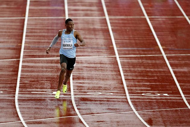 Sám voják v poli... Botswanský sprinter Isaac Makwala v akci.