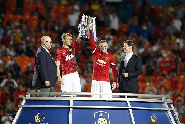 Fotbalisté Manchesteru United Wayne Rooney (vpravo) a Darren Fletcher s trofejí na Sun Life Stadium.